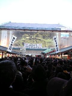 浅草浅草寺に初詣に行きました。      二日目ですが仲見世は大混雑でした。  家族と親戚が揃っていい正月